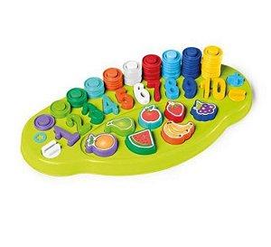 Brinquedo Conta Fácil - Colorido - TatetiMatemática na prática! Para brincar e aprender o tabuleiro vem com 85 peças. Na brincadeira os pequeninos desenvolvem o raciocínio lógico, a atenção e concentração, conhecem os números e muito mais! O Conta Fácil t