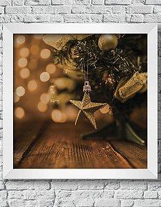 Quadro Decorativo Pequena Árvore de Natal Enfeitada Sobre Bancada de Madeira