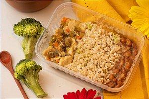 Cubinhos de frango caipira com legumes, arroz e feijão - Cocoricó