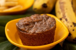 Bolinho de banana com calda de canela - Naniquinho