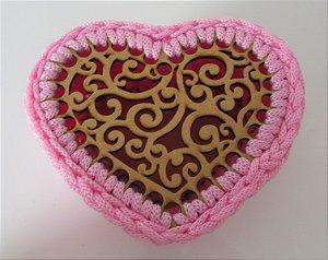 Porta treco de MDF com crochê coração rosa