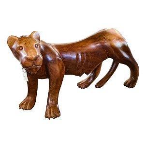 Escultura de Leoa Média em Madeira Entalhada com Acabamento Encerado
