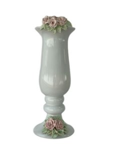 Jarra de Porcelana com Detalhes de Flores em Relevo