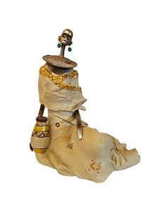 Escultura Mulher Sentada em Resina