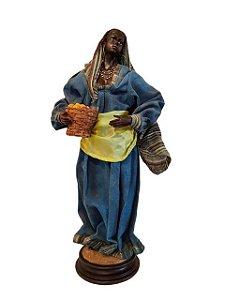 Escultura Mulher com Cesta em Resina