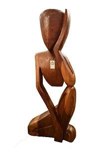 Escultura Artesanal de Homem Pensador em Madeira