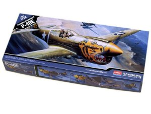 Caça Americano da Segunda Guerra Mundial P-40E Warhawk 1/72 Academy