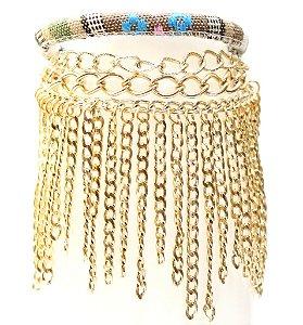 Pulseira de tecido colorido com correntes douradas