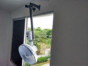 DUPLICADO - Suporte para Ventilador de Janela, teto, parede e mesa - Fixo com abraçadeira emborrachada. Compatível com o ventilador de mesa da foto. O ventilador exibido na imagem não acompanha o produto. Protegido por INPI - Marcas e Patentes.