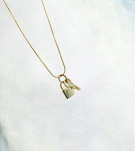 Gargantilha com Pin de Mini Cadeado e Mini Chave
