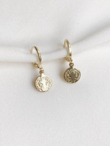 Brinco Medalha de São Bento de argolinha banhada