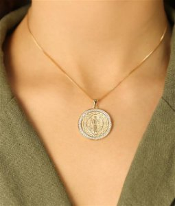 Colar com Mandala de São Bento com Micro Zircônia Trabalhada dos Dois Lados. Réplica de Ouro