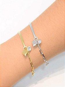 Pulseira estilo bracelete com pingente de coração e zirconia
