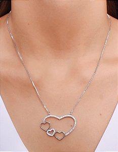 Colar com pingente de coração cravejado de micro zirconia, com 3 corações menores, 1 cravejado de micro zirconia e 2 lisos.
