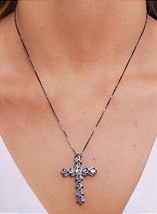 Colar com pingente de cruz em navete