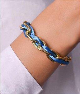 Pulseira dourada com pano azul em volta