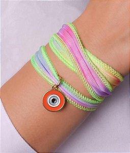 Pulseira de pano colorido com várias voltas e pingente de olho grego