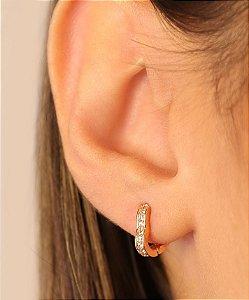 Argola articulada em formato de coração com uma carreira de micro zirconia tamanho M. Réplica de ouro