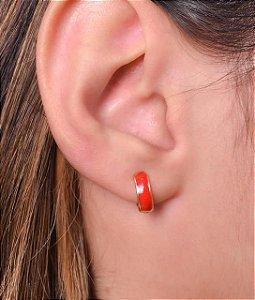 Argola articulada com resina vermelho tamanho P