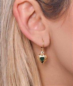 Mini argola com pingente de coração e zirconia verde dentro. tamanho G