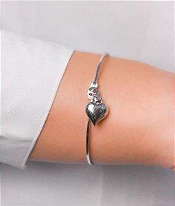 Bracelete com pingente de coração pendurado