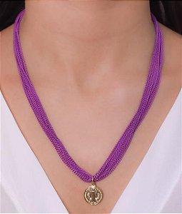 Colar com várias correntes na cor lilás e pingente de São Bento
