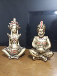Casal hindu Deus o Auri e Skati a Deus da Fortuna 15cm dourado ouro rico com adorno vermelho