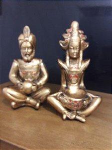 Casal hindu 14 cm metalização ouro rico com enfeite vermelho
