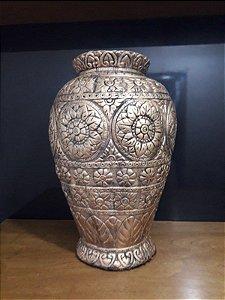 Vaso estilizado metalização dourada