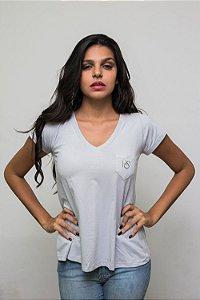 Camiseta Gola V - Bolso Bordado