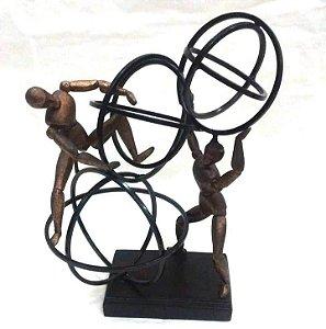 Escultura homens no círculo