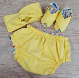 Kit - Sandalinha Cruzada, Tapa Fralda Dupla Face e Faixa Turbante Amarelo Listras