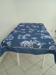 Toalha de Mesa Mari (Flores Azuis) - Tecido com Impermeabilidade