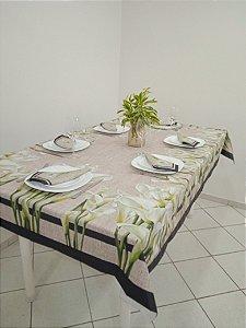 Toalha de Mesa Flávia (Flor copo de leite) - Tecido com Impermeabilidade