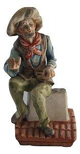 Escultura Estátua De Porcelana Homem Sentado No Telhado