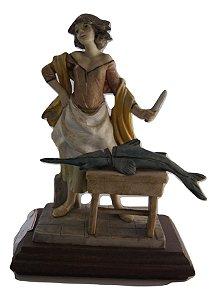 Escultura Estatua de resina mulher cortando peixe