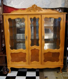magnífica Cristaleira chipandelle 2 portas madeira marfim