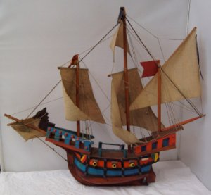 Navio Antigo de Pirata em Madeira Colorido