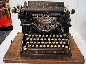 Antiga Máquina de Escrever Woodstock com Caixa