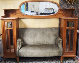 Biblioteca em Madeira Carvalho Com Sofá e Espelho