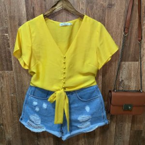 Blusa Cropped de Amarrar com Botões Encapados Amarela