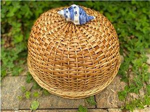 Boleira em vime na cor natural com verniz e CONCHA caracol azul D=35 cm H= 22 cm