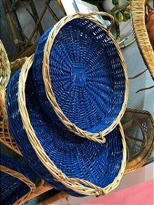 Cesta redondo G em vime azul arara com bordas natural 47x8 cm