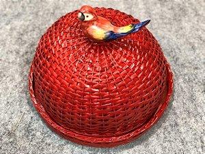 Boleira vermelha em vime com periquito vermelho e azul.  D=35 x H=15 cm