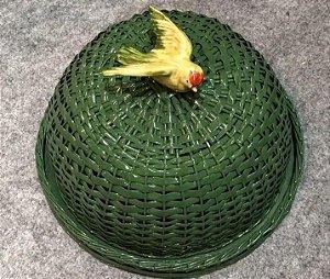 Boleira verde  em vime com pássaro asas abertas.  D=35 x H =16 cm