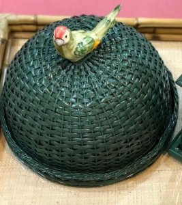 Boleira verde em vime com periquito verde.  D=35 x H=15 cm
