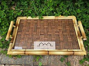 Bandeja em bambu com palha escura e vidro.  51cm x 34