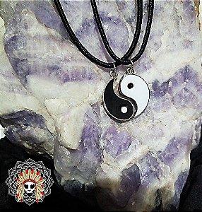 Colar YIN YANG. Yin é o princípio passivo, feminino, noturno, escuro e frio. Ele fica do lado esquerdo da esfera, na cor preta. Yang é o princípio ativo, masculino, diurno, luminoso e quente. Está representado pelo lado direito da esfera, na cor branca.