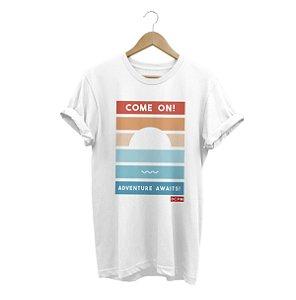 Camiseta Adventure Awaits