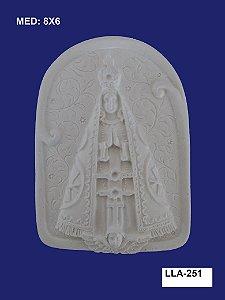 Aplique em Resina Nossa Senhora Na Placa 8x6cm - LLA 251